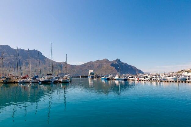 Hout bay łodzie i góry odbicia rano widok