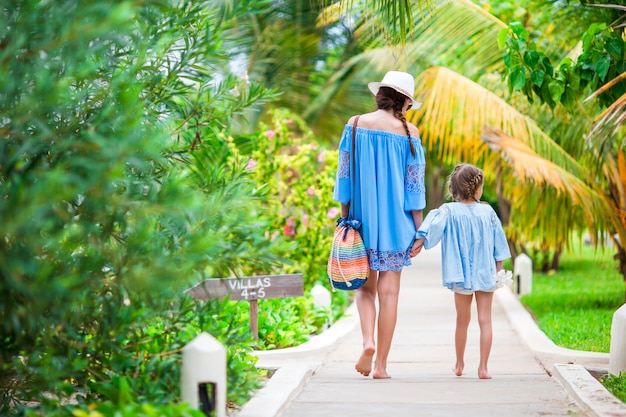Hppy rodzina mamy i dziewczyny podczas letnich wakacji na plaży