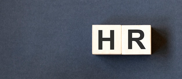 Hr, zasoby ludzkie i koncepcja rekrutacji przez sześcian drewniany blok z alfabetem budującym słowo