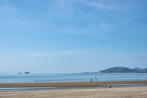 Huahin/thailand-2020/8/30: piękny widok na morze z plaży khao takiab w huahin prachuap khiri khan thailand