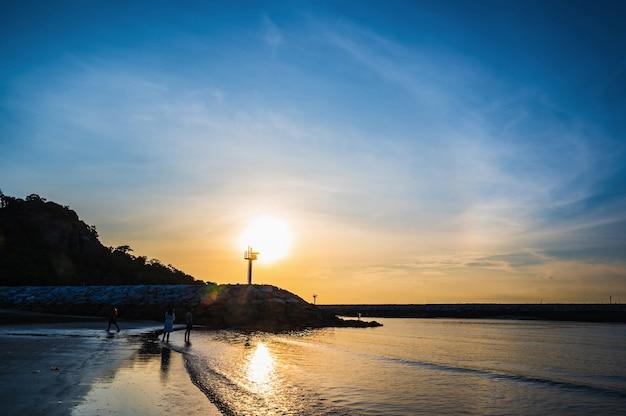 Huahin/thailand-2020/8/30: piękny wschód słońca z plaży khao takiab w huahin prachuap khiri khan thailand