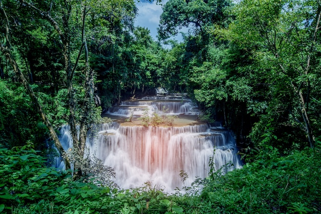 Huai mae khamin siklawa przy kanchanaburi, tajlandia, piękna siklawa, las