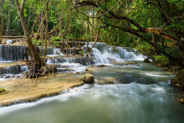 Huai mae khamin wodospad w kanchanaburi, tajlandia, piękny wodospad, las,