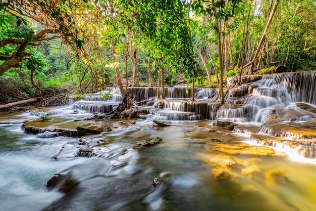Huai mae khamin wodospad z porannym światłem kanchanaburi, tajlandia
