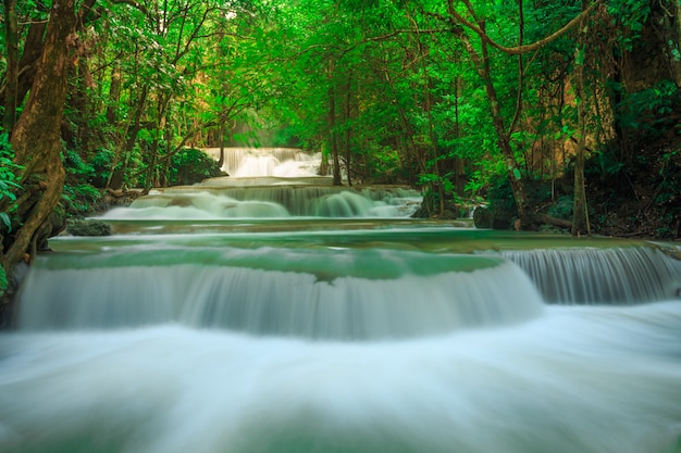 Huay mae kamin wodospad w parku narodowym khuean srinagarindra. piękna i sławna siklawa w głębokim lesie, kanchanaburi prowincja, tajlandia