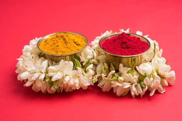 Huldi kumkum z girlandą z kwiatów jaśminu lub gajra, selektywne skupienie