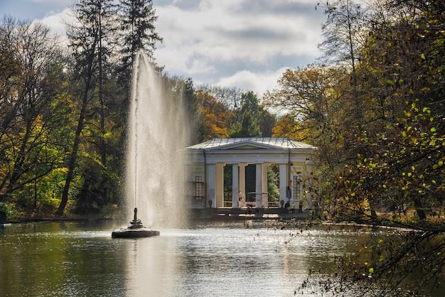 Humań, ukraina 07.11.2020. arboretum sofijewskiego lub park sofijewski w humaniu, w słoneczny jesienny dzień