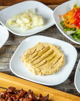 Hummus ciecierzycy cytryny tahini oliwa z oliwek boczny widok