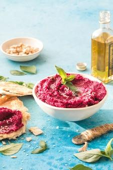 Hummus pita z czerwonych buraków środkowowschodnia kuchnia żydowska