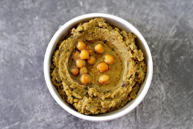 Hummus z bakłażana z oliwą z oliwek