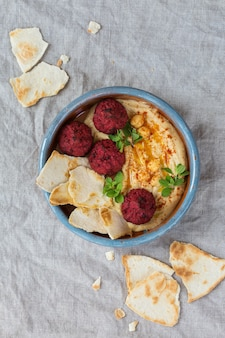 Hummus z ciecierzycy, falafel z buraków i chlebek pita