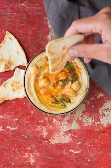 Hummus z ciecierzycy z oliwą paprykową i chlebkiem pita