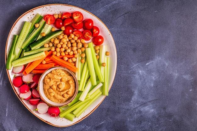 Hummus z różnymi świeżymi surowymi warzywami
