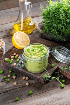Hummus z zielonego groszku z ciecierzycą i oliwą z oliwek