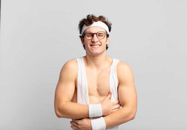 Humorystyczny sportowiec czuje się niespokojny, chory, chory i nieszczęśliwy, cierpiący na bolesny ból brzucha lub grypę