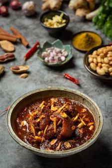 Hunglae curry z przyprawami i wieprzowiną, lokalne jedzenie w północnej tajlandii.