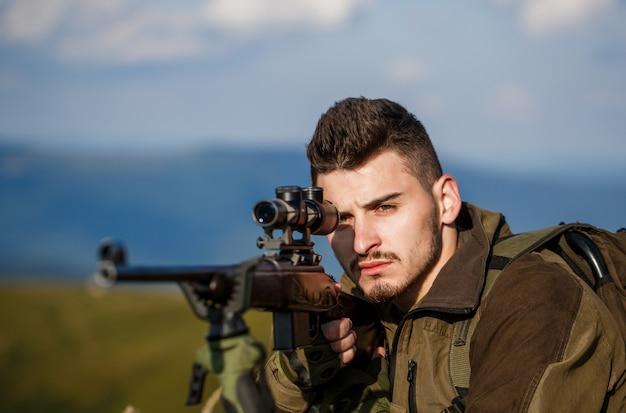 Hunter mierzy strzelec widzi cel. mężczyzna jest na polowaniu