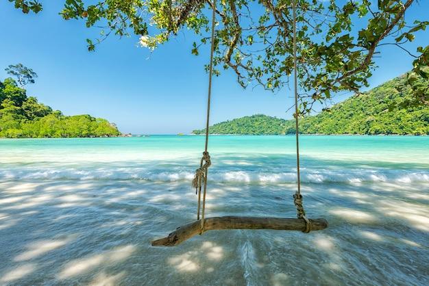 Huśta się na drzewie przy piękną tropikalną plażą, lokalizować surin wyspę, tajlandia