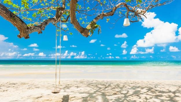 Huśta się obwieszenie na drzewie przy białą piasek plażą, lokalizująca koh chand wyspa, tajlandia