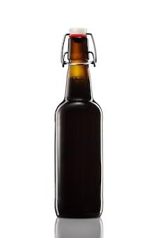 Huśtawka górna butelka ciemnego piwa ze ścieżką przycinającą na białym tle