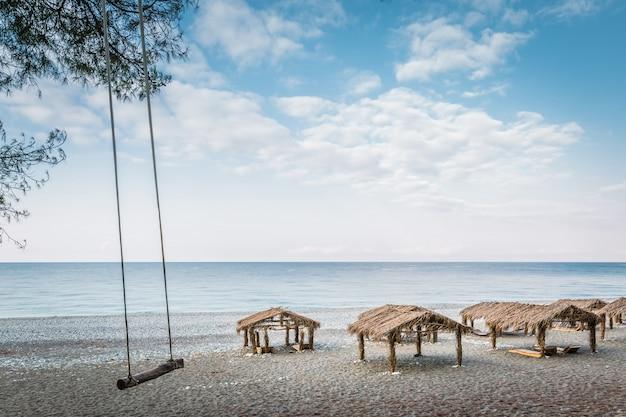 Huśtawki dla rozrywki turystów na plaży
