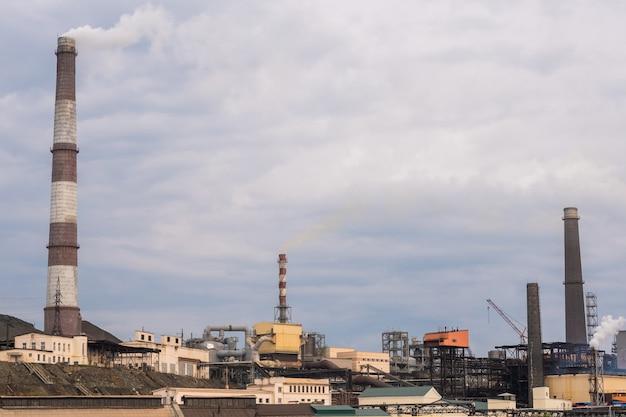 Hutnicza fabryka z chmurnym niebem