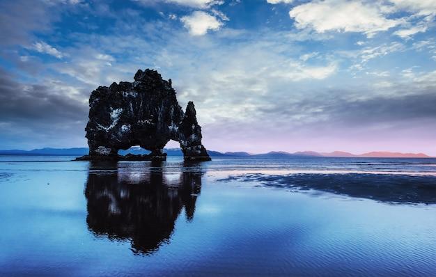 Hvitserkur to spektakularna skała na morzu