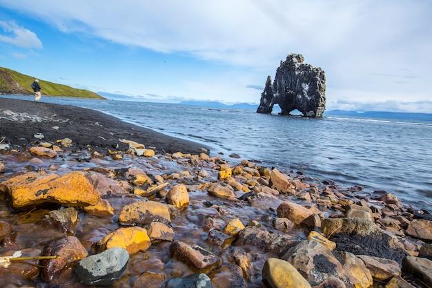 Hvitserkur, zdjęcie równo z pomarańczowymi kamieniami, islandia
