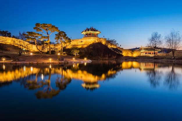 Hwaseong forteca, tradycyjna architektura korea w suwon przy nocą, południowy korea