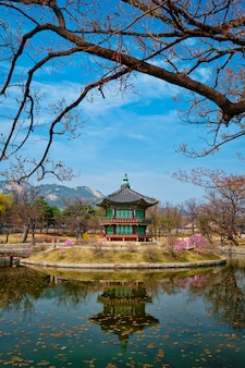 Hyangwonjeong pavilion, gyeongbokgung palace, seul, korea południowa