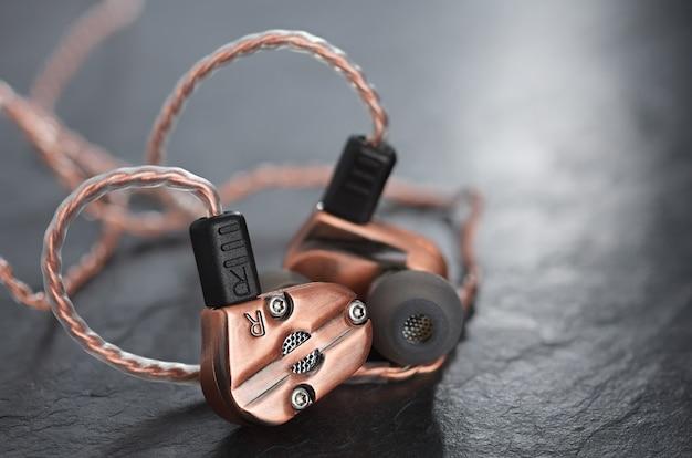 Hybrydowe, dynamiczne słuchawki douszne ze zbalansowaną armaturą. miedziany metaliczny kolor.