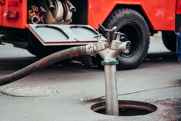 Hydrant przeciwpożarowy używany podczas pożaru konstrukcji