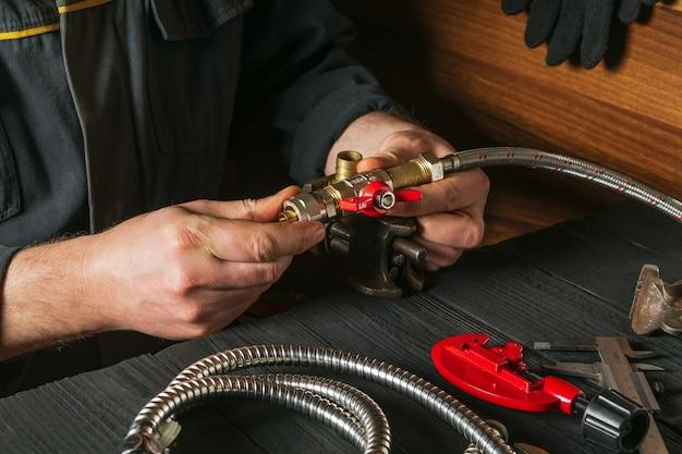 Hydraulik podłącza mosiężne złączki do kranu hydraulicznego
