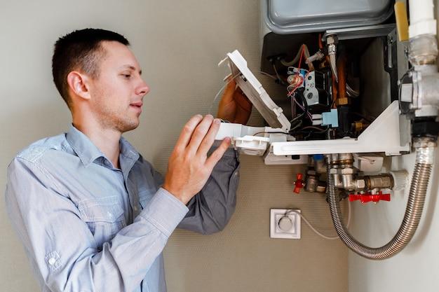 Hydraulik przyłącza się, próbując rozwiązać problem z mieszkalnym urządzeniem grzewczym