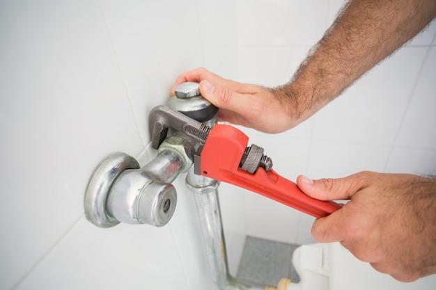 Hydraulik ustalający klepnięcie z kluczem