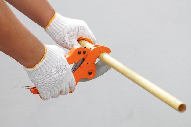 Hydraulik za pomocą szczypiec do cięcia rur