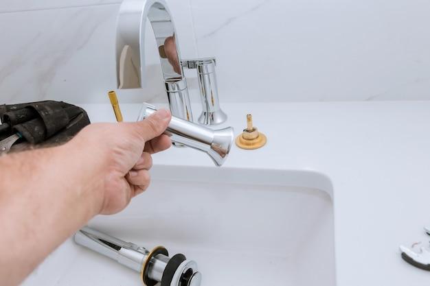 Hydraulika naprawa montaż kranu zlewozmywak hydraulik narzędzia sprzęt w łazience