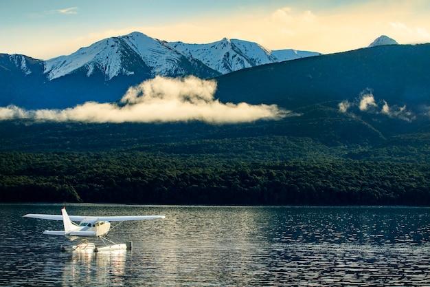 Hydroplan pływający nad jeziorem te anu w południowej części nowej zelandii