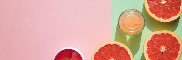 Hydrożelowa opaska na oczy do pielęgnacji skóry na różowym tle. produkt do liftingu twarzy, przeciwdziałający efektom starzenia się zmarszczek. widok z góry, miejsce na kopię. osiągnięcia współczesnej nauki w kosmetyce dla zachowania piękna