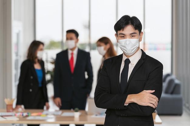 Ian businessman noszący maskę w zapobieganiu koronawirusowi w biurze. koncepcja opieki zdrowotnej