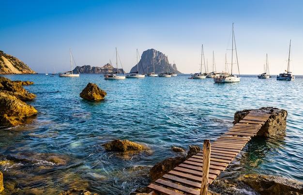 Ibiza cala d hort z wysepką es vedra o zachodzie słońca