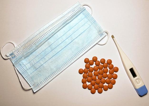 Ibuprofen elektroniczny termometr do pomiaru temperatury i maska na twarz