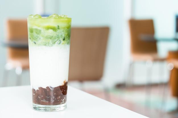 Iced macha zielonej herbaty latte