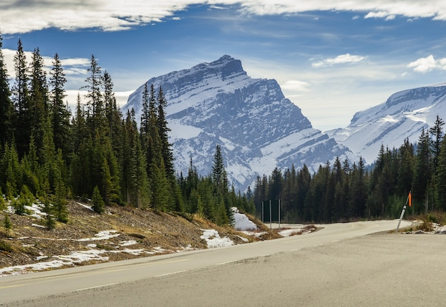 Icefield parkway zimą do parku narodowego jasper alberta kanada