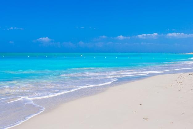 Idealna biała plaża z turkusową wodą na idealnej wyspie