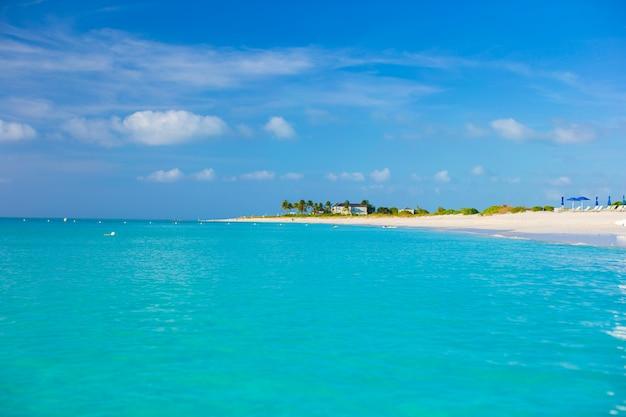 Idealna biała plaża z turkusową wodą na karaibach