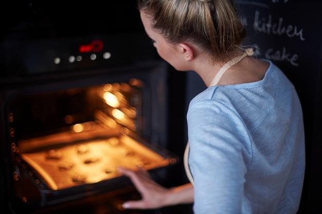 Idealna gospodyni domowa piecząca swoje ulubione ciasteczka