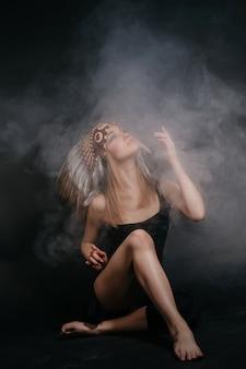 Idealna kobieta w stroju indian amerykańskich w dymie