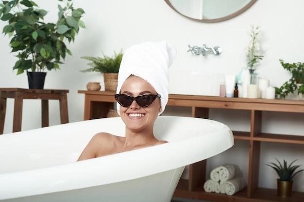 Idealna kobieta z białym ręcznikiem na głowie po prysznicu