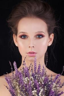 Idealna kobieta z kwiatami na czarnym tle